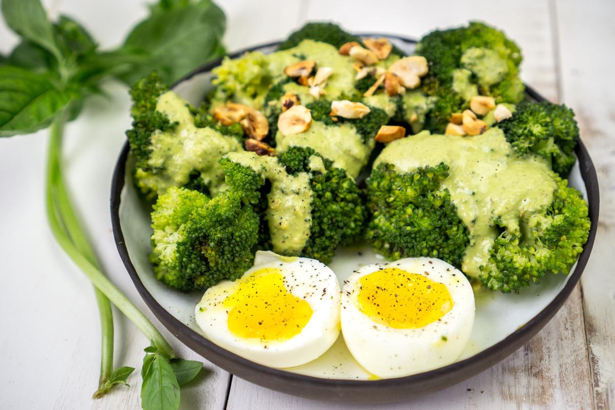 Brócoli con pesto y huevo en su punto