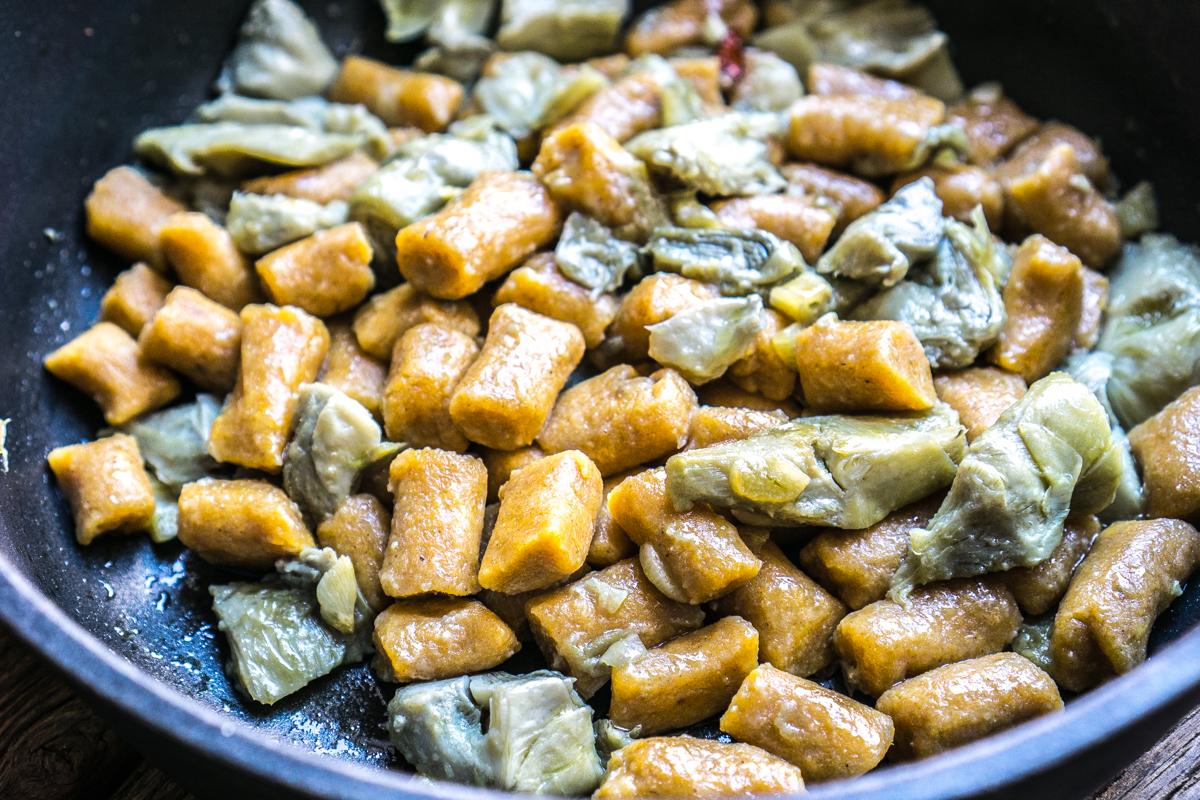 Gnocchi de batata con alcachofas
