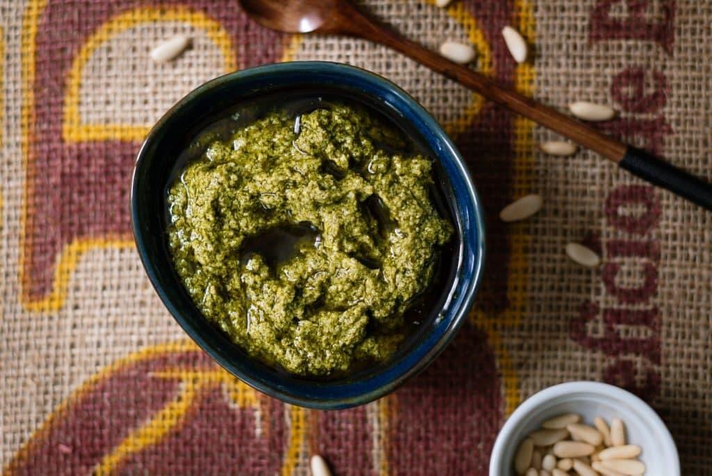 Pesto con hojas de zanahorias (cocina de aprovechamiento)