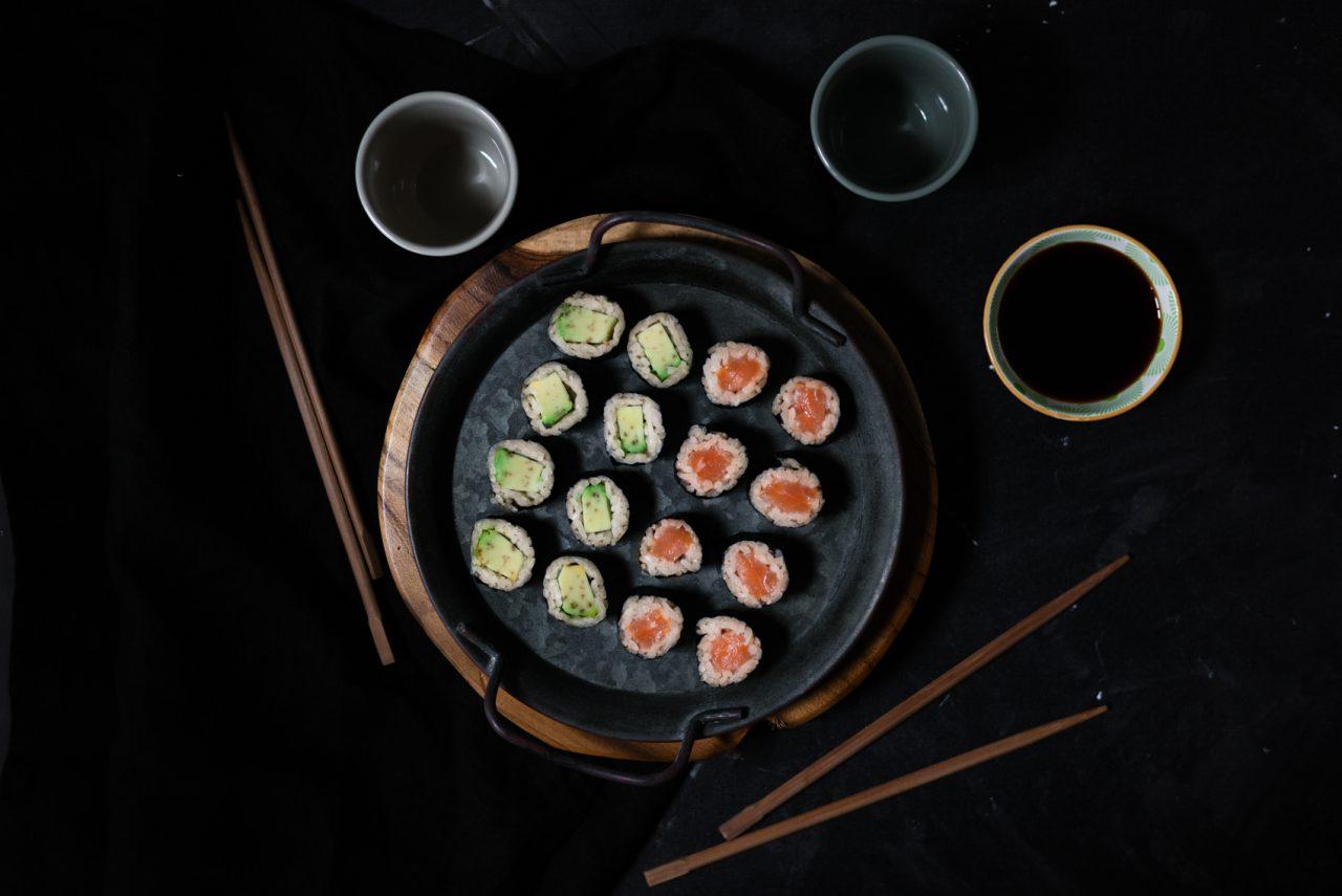 Receta de sushi casero con salmón o aguacate